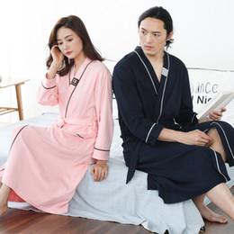 Uomini kimono neri rossi online-Vendita calda estate Kimono Accappatoio da uomo sposa damigella d'onore abito da sposa allungare abito abito sexy extra lungo da notte rosso nero blu