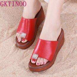 Venta al por mayor 2019 mujeres del verano zapatos de plataforma de cuero genuino cuñas tacones de cristal zapatillas de suela gruesa mujer Flip desde fabricantes