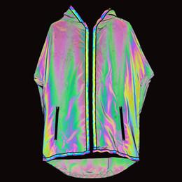 2019 Trench Coat Uomini Colorati Sottile Giacca lunga da uomo Giacche riflettenti Cappotto con cappuccio Nightclub Punk Giacca a vento Jaqueta Masculino Uomo Cappotto da pizzi fluorescenti fornitori