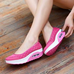 2019 Mulheres Sandálias de Verão de Malha de Ar Respirável Plataforma Mulheres Tênis de Verão Cunha Sapatos de Praia Sandálias Moda Tenis Feminino de Fornecedores de alto salto calça sandálias homens
