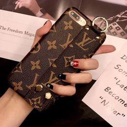 Muñequeras de cuero online-Monogram Leather Wristband Bumper Funda para teléfono para Iphone XS Max / XR X 8/7/6 Plus Muñeca Correa de mano Celular Cubierta posterior Soporte