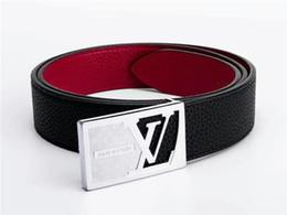 Herren lederbekleidung online-Stilvoller Herren Ledergürtel Vierkantbuchstaben glatte Schnalle schwarzer Gürtel tragen einen bequemen, feinen Verarbeitungsgürtel ohne Box