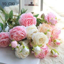 Testa blu fiore artificiale online-YO CHO Rose fiori artificiali 3 teste peonie bianche fiori di seta Rosso rosa blu fiori finti decorazioni di nozze per la casa peonia Bouquet D19011101