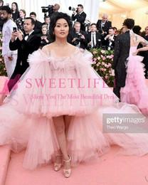 I vestiti di promenade basso basso sono gonfi online-2019 Met Gala Pink Celebrity Abiti Al Largo Della Spalla Ciao Basso Tulle Puffy Ball Gown Abiti Da Sera Occasionale Formale Abiti Custom Made