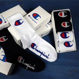 2019 calcetines de baile Caja de regalo de INS calcetines largos de moda de tubo en blanco y negro hombres y mujeres algodón deportes moda de calle patinaje calcetines de baile callejero calcetines de baile baratos
