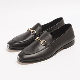 boutons en cuir peu coûteux Promotion Robe de marque de luxe pour hommes en cuir verni chaussures fête de mariage, chaussures de sport, bouton en métal designer de mode, chaussures pas cher