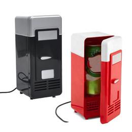 Refrigeradores de bebidas online-Nevera USB de escritorio Nevera USB Latas de bebidas Enfriador Más caliente Refrigerador con luz LED interna Uso de automóvil Mini nevera para autos