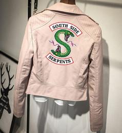 Abrigos de cuero rosa online-Southside Riverdale PU Chaquetas de cuero Serpientes Rosa / Negro Mujeres Riverdale Serpientes Streetwear Abrigo de cuero Marca
