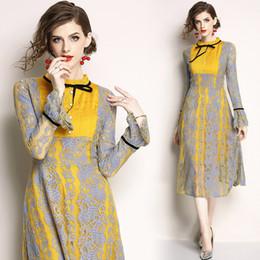 Robe jaune en dentelle midi en Ligne-Jaune Dentelle Patchwork À Manches Longues Flare Tunique Midi Robe Femmes Élégant Vintage Bureau Party Fashion Dress 2019 Printemps Vêtements