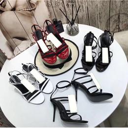 tacones de playa sexy Rebajas Diseñador de sandalias de cuero 2019 Verano nuevo producto Zapatos de mujer Zapatos romanos de tacón alto Botones de metal Sandalias atractivas Banquete Zapatos de mujer 41