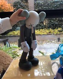 digimon figuras Desconto 2019 Hot boneca design moderno 28CM arte KAWS smlll mentir brinquedo companheiro KAWS pvc vinil personalizado arte Graffiti brinquedo descobrir dom estátua por kidsfriends