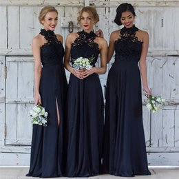 Barato Coral Alta Moda Vestidos-Moda Black High Neck Bridesmaid Dresses 2018 Mais recente Summer Garden Maid of Honor Vestidos A Line Appliqued Andar Comprimento Split Evening Dress