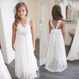 Barato Chiffon Floresce Cristais-Bohemia Beach Crystal Flower Girl Vestidos para Casamentos V Neck Lace Appliqued Little Baby Vestidos Cheap Long Communion Dress