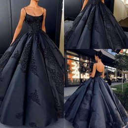 Barato Vestido Nu Mais Tamanho-Longo Backless Vestido de noiva Ball Gowns Sexy Spaghetti Strap Prom Vestidos de festas Plus Size Custom Made Lace Appliques Satin Formal Black Gown