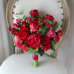 Barato Bouquets De Noiva Artificiais Rosas Vermelhas-Estilo Ocidental Artificial Wedding Flowers Bouquets de noiva Rosas vermelhas Peony Tulip Bouquet de casamento para noivas Bridesmaid Brooch Bouquet Mariage