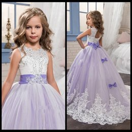 Barato Laço Casamento Vestidos Branco Roxo-2018 Beautiful Purple and White Flower Girls Dresses Beaded Lace Appliqued Bows Vestidos de desfile para a festa de casamento dos miúdos