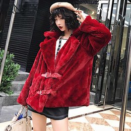 Barato Jaquetas De Couro Na Moda-Venda quente Trendy Red Faux Fur Coat Colete entalhado Hairy Shaggy Inverno Mulheres Faux Leather Belt Faux Fur Jackets Warm Outerwear Tops