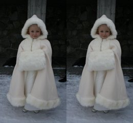Barato Vestido De Casamento Branco Encolhem Os Ombros-Winter Warm Flower Girls Faux Fur Girls Wrap 2016 White Ivory Fur Shawl Cloaks Jacket Boleros Shrug Vestidos de casamento Little Children Cap Wrap