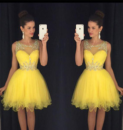 Barato Mais Tamanho Vestido De Cocktail Amarelo-2017 Yellow New Homecoming Dress A Line Sheer Crew Neck Beaded Short Juniors Sweet 15 Graduation Cocktail Party Dress Plus Size Custom Made