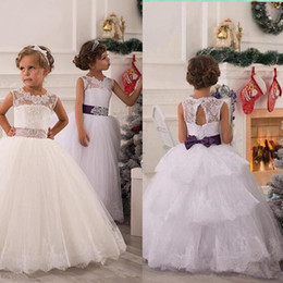 Barato Arco Vestido Azul Barato-2015 Cheap Arabic Real White Lace Flower Girls 'Vestidos Andar Comprimento Ball Gown Sheer Neck Backless Girl's Pageant Vestidos Tiered Bow belt
