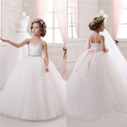 Barato Longo Fita Casamento-Spaghetti Neck Flower Girls 'Vestidos Beads Ruched Kids's Formal Wears para casamento Crystal Ribbon Bow Long Girl's Pageant Dress