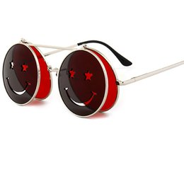 cec20cd75a Marca de moda diseñador mujer hombre rojo concha gafas de sol sonrientes  redondo marco de metal flip gafas de sol góticas lente de los vidrios UV400  Y241