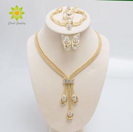 Venta al por mayor de Nueva llegada de la manera chapado en oro perlas collar collar pendientes pulsera anillos finos establece el traje del partido para las mujeres