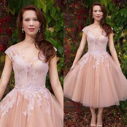 Barato Barato Pêssego Curto Vestidos-Elegante 2017 Peach Lace And Tulle Vintage Tea Comprimento Vestidos de casamento Cheap V Neck Ruched Short Beach Bridal Gowns Custom Made EN11035