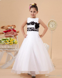 $enCountryForm.capitalKeyWord Canada - White Jewel Neck Ball Gown Organza Flower Girl Dresses With Black Appliques Birthday Dresses For Girls Flowergirl Dresses Wedding