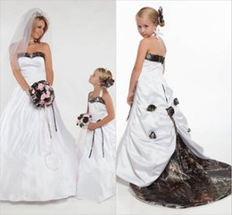 Flores Desmontables De La Boda Baratos-Halter Camo Vestidos de las muchachas de flores para la boda con el tren desmontable Forest Flower Girl Wear Flor hecha a mano Realtree Kids Wedding Party Dress