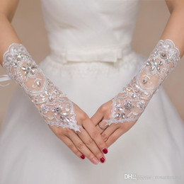 Luxus Kurze Spitze Braut Brauthandschuhe Hochzeit Handschuhe Kristalle Hochzeit Zubehör Spitze Handschuhe für Bräute Fingerlos Unter Ellenbogen Länge im Angebot
