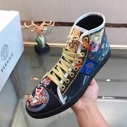 Vente en gros Chaussures de sport haut de gamme en cuir pour hommes occasionnels à la main nouvelle impression de personnalité couture respirant confortable chaussures de sport sauvages
