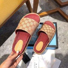 Toptan satış 2020 Sıcak tarzı terlik, kırmızı çilek sandaletler, yüksek su geçirmez tuval terlik büyüklüğü 35-40 çeşitli renkleri womens