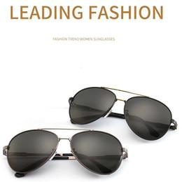 ea0086b4292c3 2019 Novos homens da polícia Polarized Sunglasses 1702 Personalidade  Espelho Espelho Moda Tendências Óculos De Sol Retro Driver Óculos