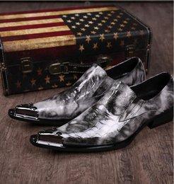 f5ebcf990d Estilo britânico de Luxo Jacaré Dedo Apontado Homem De Metal Derrubado  Oxfords de Couro de Negócios de Salto Alto Sapatos de Casamento Vestido  Formal dos ...
