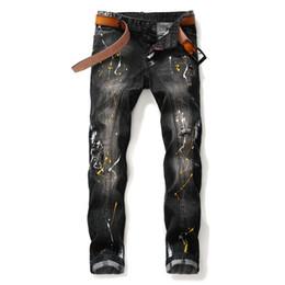 2020 D2 Mens zerrissene Jeans Patch Stickerei Button Jeans Loch ausgefranste Patch Abzeichen gerade Designer Baumwolle Jeans Männer in voller Länge blau gedruckt im Angebot