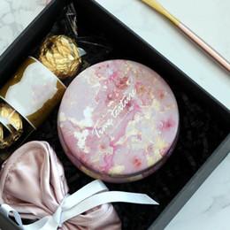 $enCountryForm.capitalKeyWord Australia - 1PC Cute Round Samll Iron Gift Boxes Wedding Birthday Candy Packing Box Party Favors Giveaway Flower Box Cracker Case 8.5*3.5CM
