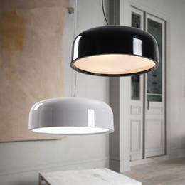 Minimalismo Diseñador italiano Luces LED modernas para comedor Bar Tienda Café Blanco Negro Colgante Lámparas colgantes en venta