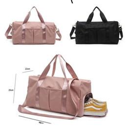 Sacchetto di immagazzinaggio segreto di marca di nylon all'ingrosso Sacchi da borsone rosa Borsa da viaggio unisex Borse da viaggio di esercizio di spiaggia casual impermeabile in Offerta