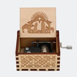 La caja de música de madera tallada, regalo delicado. en venta