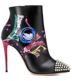 Neue Designer Schwarz Print Leder Frauen Stiefeletten Graffiti Liebe Rote Untere Dünne High Heels Sexy Lady Spitzschuh Spikes Nieten Stiefel im Angebot