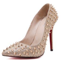 543bc85af Дешевые Заклепки Низкой Ценой Насосы На Высоком Каблуке Цена Продажи  Розовый Красный Золото Обнаженная Шипы Свадебная Обувь 12 см Туфли на  Высоком Каблуке