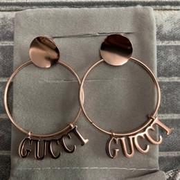 ffb863381156 2019 fábrica al por mayor de Alta Calidad Diseño de Moda marca titanio  acero rosa de oro negro letra cuelga los pendientes de gota para Mujeres  niñas