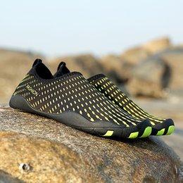 Hombres Mujer Playa Verano Zapatos al aire libre Nadar Zapatilla En Surf Aqua Piel Calcetín Zapatos a rayas Parejas ligeras zapatos de mar en venta