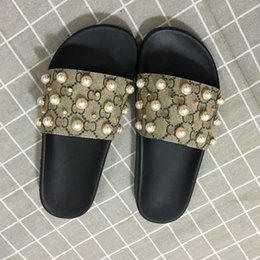Flat pearls online shopping - New Arrival Mens and Womens Fashion Causal Designer Sandals with Pearl Effect and Gold Toned Studs Designer Flip Flops