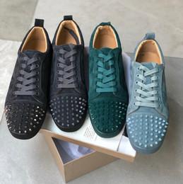 Venta al por mayor de 2019 Zapatillas de deporte de lujo con zapatillas de deporte con tachas Picos Calzado con fondo rojo de calidad superior GRIS NUEVO Diseño de marca Flats 100% cuero genuino para EE. UU. 5-12