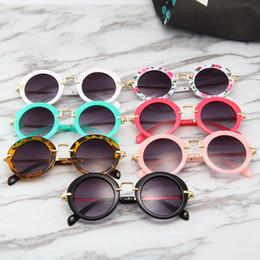 698f9ce345 Gafas de sol para bebés 2018 Fashion Girls Boys Beach Supplies UV400 Gafas  protectoras Sombrillas PC + Marco de metal Niños Niños Y49