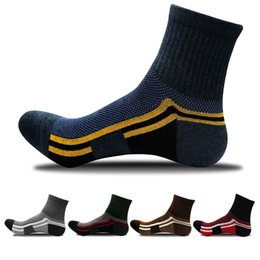 $enCountryForm.capitalKeyWord NZ - Unisex Sports Socks Autumn and Winter New Men Casual In Tube Sock Color Matching Outdoor Basketball Cycling Jogging Socks