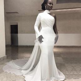5e6ca7d6479b 2019 Africano Bianco Collo Alto Satin Mermaid Abiti Da Sera Una Spalla  Increspato Sweep Treno Formale Partito Red Carpet Prom Gowns