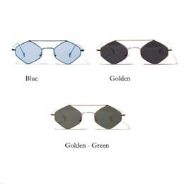 b3fa5b7696 2019 moda retro elegante color claro gafas clásicas forma de diamante  pequeño marco de metal playa gafas de sol v06